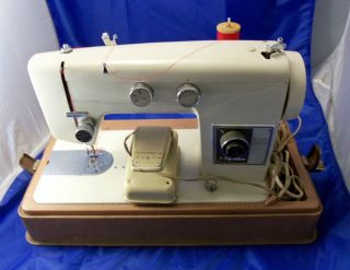 VINTAGE SIGNATURE SEWING MACHINE+CLIP ON CARRYING CASE
